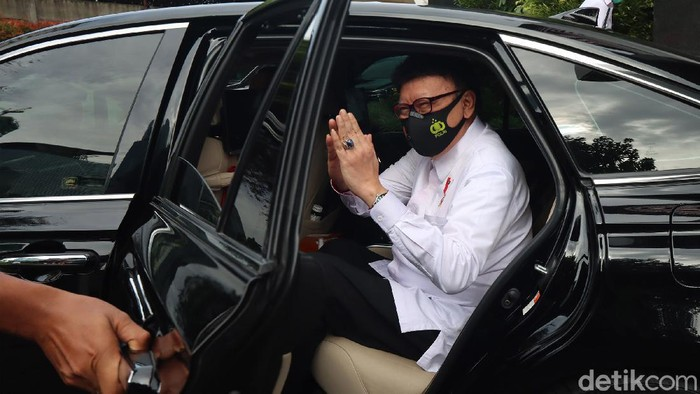 Sekjen KPK Cahya Harefa mengantarkan Menteri Pendayagunaan Aparatur Negara dan Reformasi Birokrasi (PAN-RB), Tjahjo Kumolo, menuju kendaraan dinas menteri di gedung KPK, Jakarta, Senin (21/12/2020).