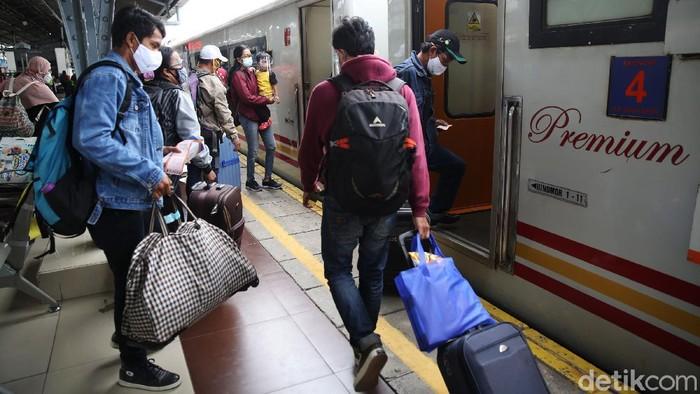 Penumpang menaiki kereta api Jayakarta jurusan Surabaya Gubeng di Stasiun Pasar Senen, Jakarta, Senin (21/12/2020). Arus mudik Natal dan Tahun Baru melalui Stasiun Pasar Senen ke sejumlah daerah di Jawa mulai mengalami peningkatan.