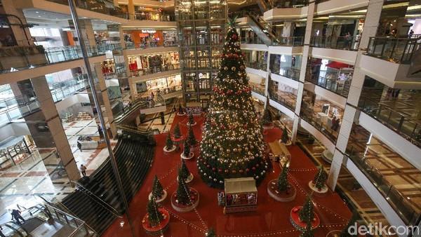 """Mengangkat tema """"Christmas Merry and Bright"""", dalam kondisi pandemi COVID-19, Mal Taman Anggrek tetap mendekor interior mal dan memasang pohon Natal."""