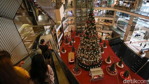 Pohon Natal tersebut menjadi daya tarik bagi para pengunjung.