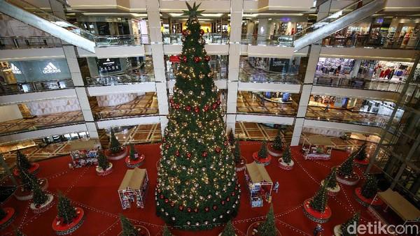 Pohon Natal megah tersebut dikelilingi beberapa pohon cemara asli dan dihiasi bola-bola kecil berwarna merah dan silver.