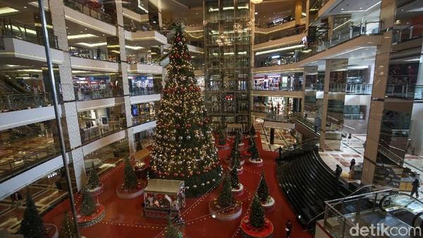 Ornamen Natal lainnya pun ikut meramaikan pohon Natal raksasa tersebut.