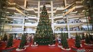 Wow, Ada Pohon Natal Raksasa di Mal Taman Anggrek