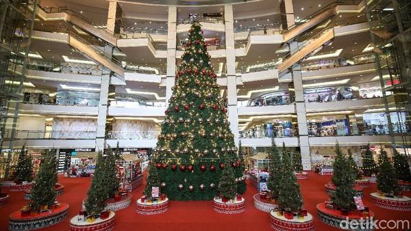 Tampak pohon natal raksasa berdiri di Mal Taman Anggrek, Jakarta, Senin (21/12/2020).