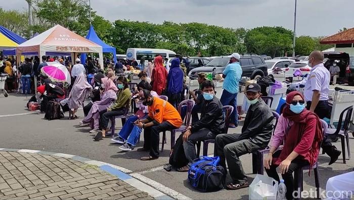 Hari ini, antrean rapid antigen di Bandara Juanda panjang mengular. Pihak bandara akhirnya menambah petugas kesehatan.