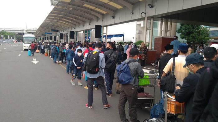 Antrean panjang rapid test antigen di Bandara Sokarno-Hatta.