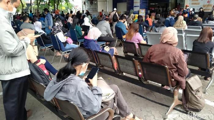Ratusan orang mengantre tes rapid antigen di Stasiun Gambir, Jakarta. Begini penampakannya.