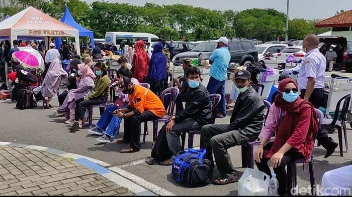 Puluhan calon penumpang di Bandara Juanda Surabaya melakukan reschedule. Hal ini karena meraka tidak bisa mengejar penerbangan karena hari antre rapid test antigen.