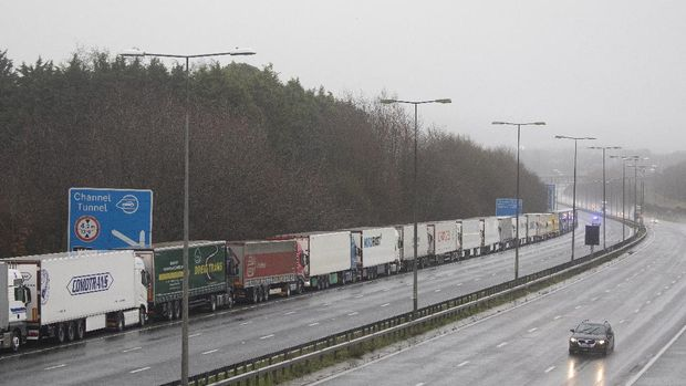 DOVER, ENGLAND - DECEMBER 21: Lorries queue during operation stack on the M20 towards Dover on December 21, 2020 in Dover, England. Citing concern over a new covid-19 variant and England's surge in cases, France temporarily closed its border with the UK late Sunday, halting freight and ferry departures from the port of Dover for 48 hours. France also joined several other European countries in stopping rail and air travel from the UK. (Photo by Dan Kitwood/Getty Images)