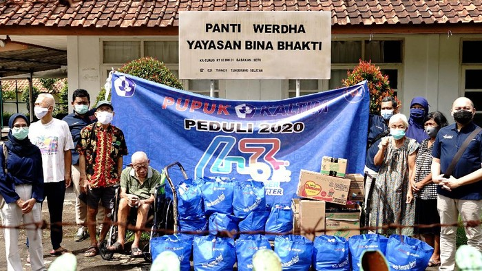 Ketua Persatuan Istri Karyawan PT Pupuk Kaltim ( PIKA PKT) Dini Ipong (tengah) didampingi staf KPJ Pupuk Kaltim Asep Dodi (kiri), menyerahkan bantuan paket sembako kepada perwakilan pengurus Panti Werdha Yayasan Bina Bhakti, di Jakarta, Selasa (22/12/2020). Dalam rangka memperingati HUT ke 43 Pupuk Kaltim melakukan bakti sosial dengan menyerahkan paket sembako dan perlengkapan sekolah untuk sekolah harapan Tanah Merah yang siswa dan siswinya anak-anak kurang mampu, agar dapat meringankan beban selama masa pandemi covid 19.