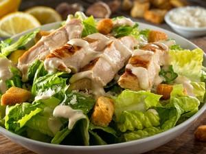 Resep Chicken Caesar Salad ala Restoran yang Segar Gurih