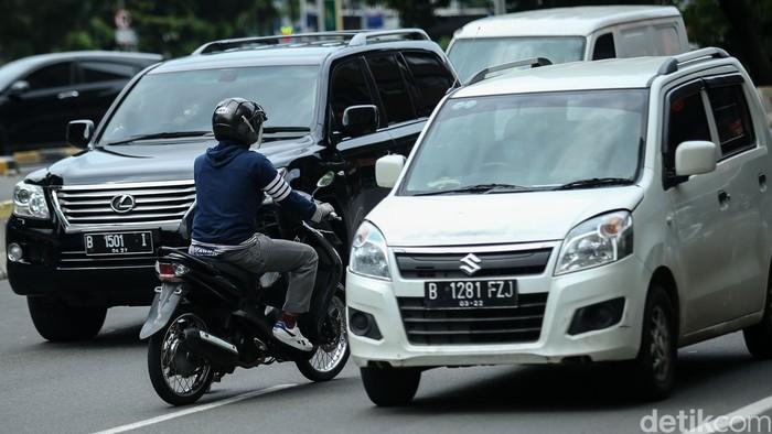 Tak jarang masih kerap ditemukan pemotor yang nekat lawan arah saat berkendara di Ibu Kota. Mereka beralasan hal itu dilakukan untuk mempersingkat waktu tempuh.