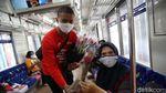 Hari Ibu Penumpang Commuter Line Dapat Bunga