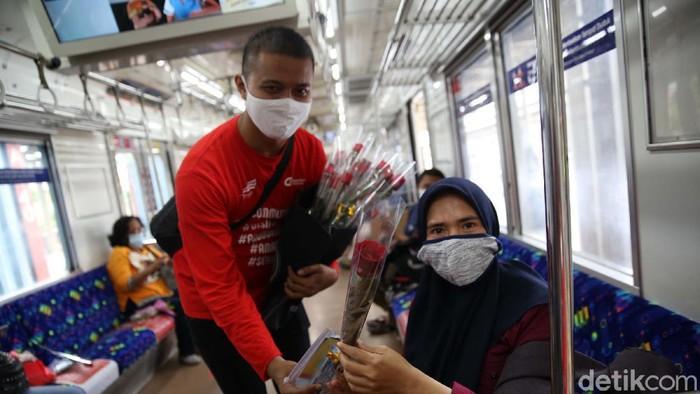 Dalam rangka memperingati Hari Ibu sejumlah penumpang Commuter Line mendapat karangan bunga. Bungan ini diberikan khusus untuk para ibu.