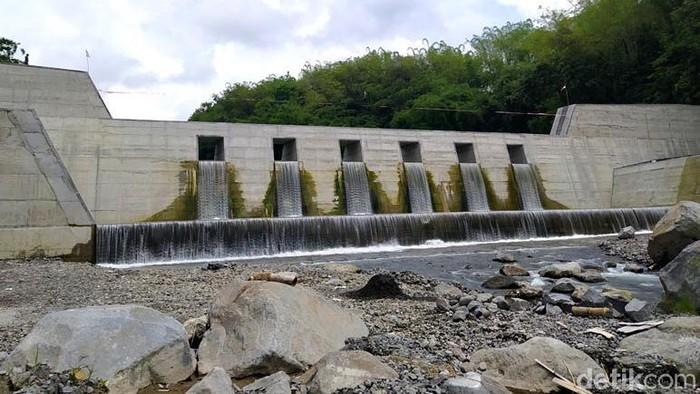 Kementerian PUPR membangun tiga sabo dam di Kabupaten Magelang, Jawa Tengah. Pembangunan sabo dam ini untuk menahan sendimentasi lahar dingin dari Gunung Merapi