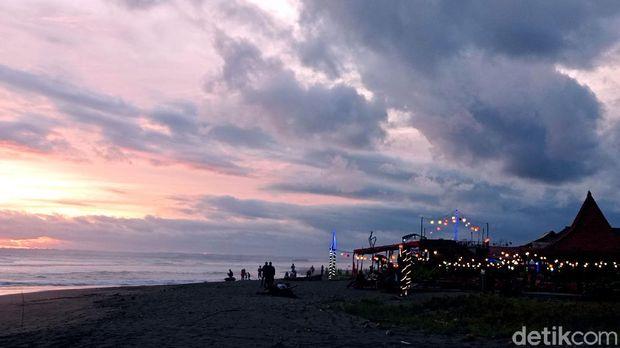 Pantai Pangandaran ramai didatangi wisatawan jelang Natal dan tahun baru. Tak sedikit wisatawan datang untuk menikmati pemandangan matahari terbenam