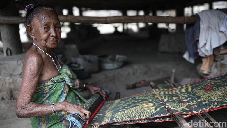Tradisi menenun masih dilakukan oleh nona dan mama di kawasan Malaka, perbatasan RI-Timor Leste. Tenun motif Garuda jadi salah satu kebanggaan warga di sana.