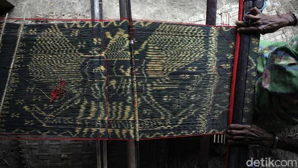 Tenun motif Garuda ini sangat diminati oleh masyarakat, terlebih bagi para PNS.