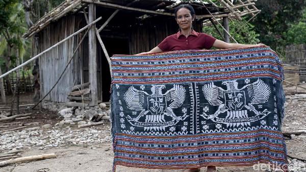 Tradisi menenun masih hidup dan terus dilakukan oleh nona-nona (remaja putri) dan mama-mama di kawasan perbatasan Indonesia-Timor Leste.