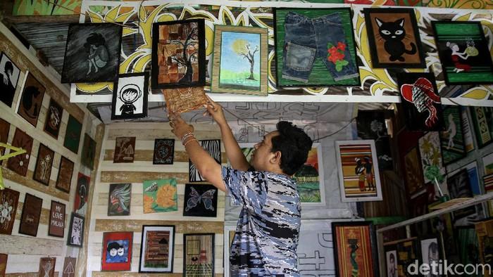Pemuda di perbatasan RI ini mampu mengolah barang bekas menjadi sebuah karya seni bernilai ekonomi tinggi. Penasaran seperti apa kisahnya?