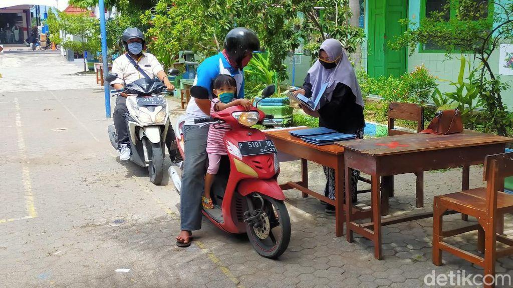 Potret Pengambilan Rapor Siswa SD di Banyuwangi dengan Sistem Drive Thru