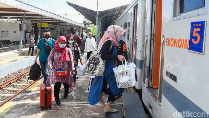 Penumpang kereta di Banyuwangi menyesalkan adanya kewajiban rapid antigen untuk perjalanan jarak jauh. Biaya antigen dinilai memberatkan penumpang.