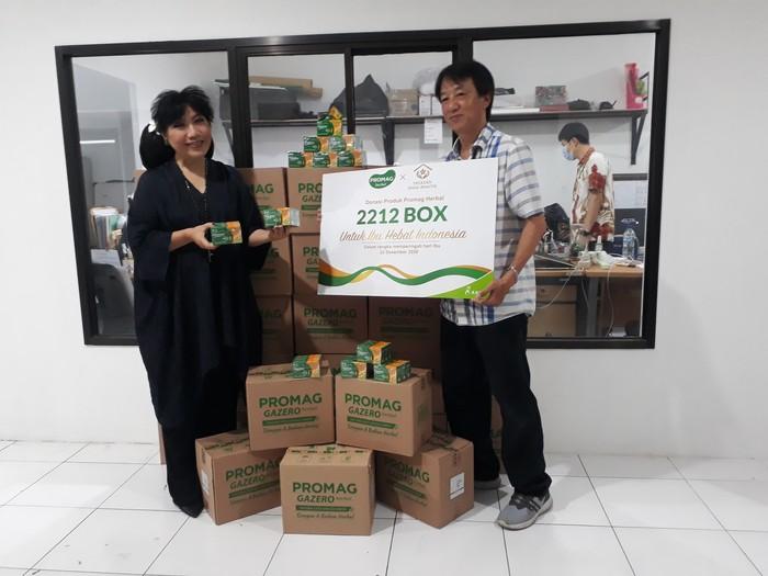 Penyerahan produk donasi kepada Anne Avantie oleh Regional Business Manager Kalbe Consumer Health, Engkel Said Marcos