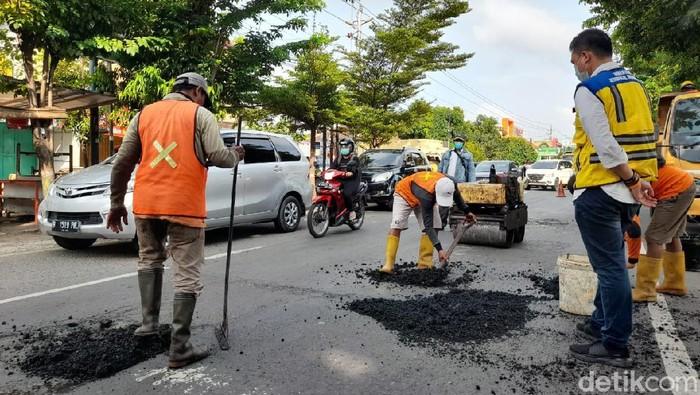 Perbaikan jalan di jalur Pantura, Jawa Tengah, Selasa (22/12/2020).