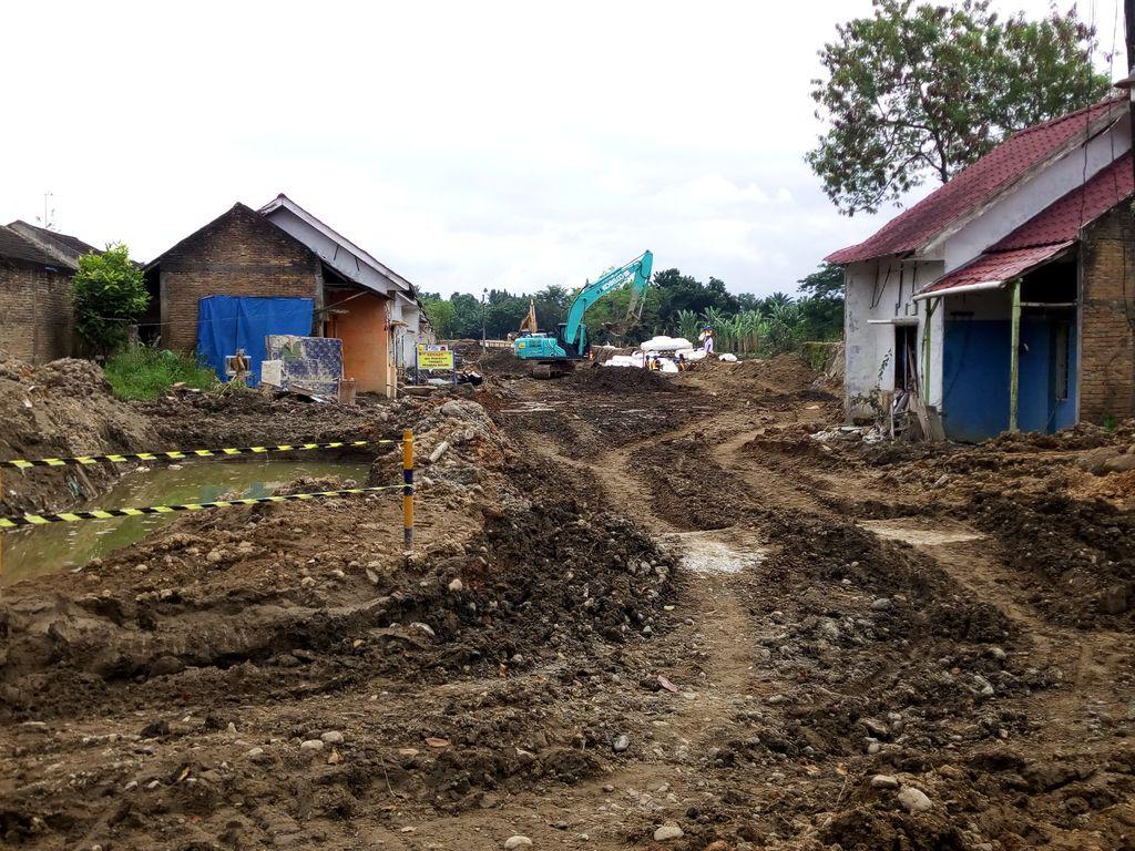 Perbaikan tanggul sungai yang jebol di Medan (Datuk Haris Molana-detikcom)