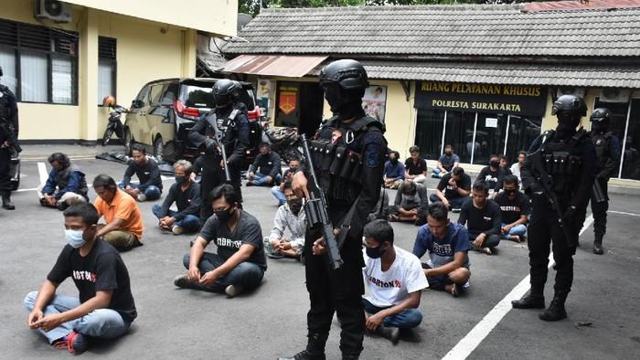 Polisi amankan massa penggeruduk BPR Adipura, Solo, Selasa (22/12/2020).