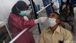 Rapid test antigen menjadi syarat khusus untuk perjalanan kereta api jarak jauh. Di Stasiun Yogyakarta, warga telah mengantre sejak pagi.