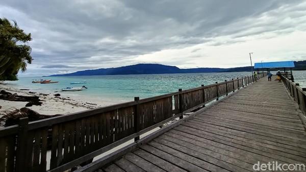Pulau Kaniungan memang jadi salah satu wisata favorit di Berau. Keindahan pasir putihnya dan salah satu habitat penyu. Selain Pulau Kaniungan terdapat tempat wisata lainya seperti Labuan Cermin, Air Terjun Bidadari dan Pulau Lamin Guntur. (Muhammad Budi Kurniawan/detikTravel)