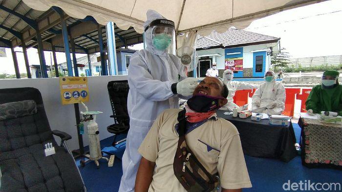 Rapid test acak untuk pengendara di perbatasan Jateng-Jatim, Rembang, Selasa (22/12/2020).