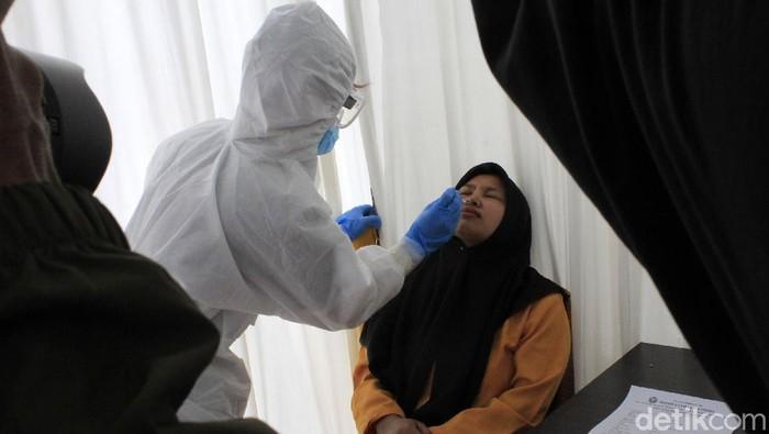 Hari ini penumpang KA jarak jauh harus menyerahkan hasil rapid test antigen. Di Stasiun Kiaracondong, Kota Bandung, penumpang menunggu hingga 3,5 jam.