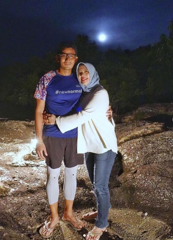 Momen romantis bersama istrinya ini daibadikan di Pulau Tukong, Belitung. (sandiuno/Instagram)