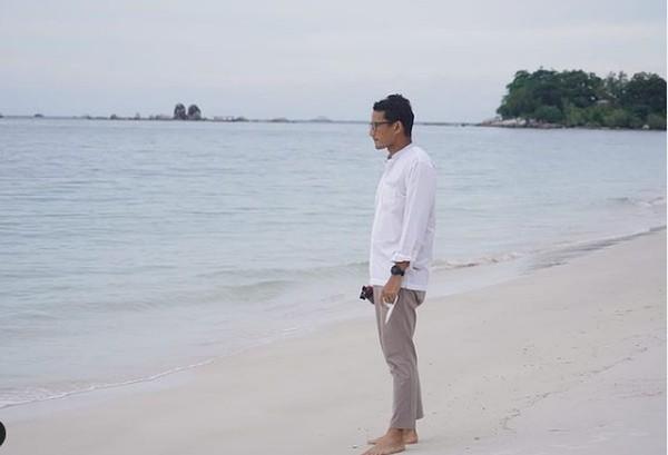 Sandiaga di Pantai Tanjung Binga, Kepulauan Bangka Belitung. (sandiuno/Instagram)