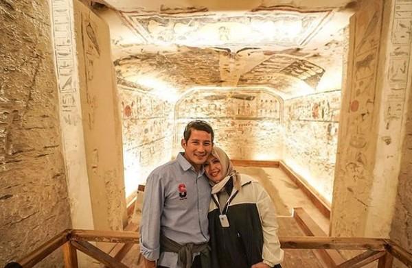 Momen bersama istrinya saat berkunjung ke Valley of The Kings di Luxow, Mesir. (sandiuno/Instagram)