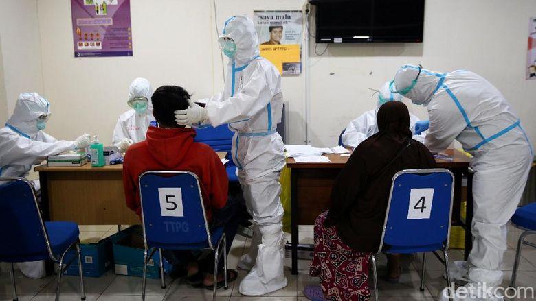 Guna cegah penyebaran virus Corona jelang nataru, rapid test antigen juga diberlakukan bagi para penumpang bus di berbagai terminal Ibu Kota. Berikut potretnya.
