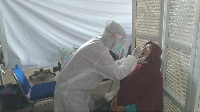 Layanan rapid test antigen di Stasiun Purwokerto.