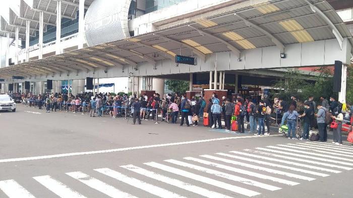Suasana antrean rapid test antigen di Bandara Soekarno Hatta siang hari, Selasa (22/11).