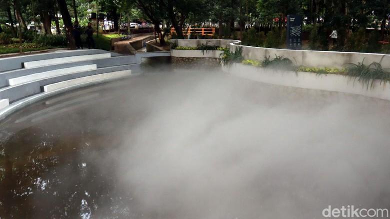 Ada yang unik dan baru di Taman Kandaga Puspa, Bandung. Taman itu kini memiliki sebuah kolam retensi yang di waktu-waktu tertentu akan mengeluarkan kabut.