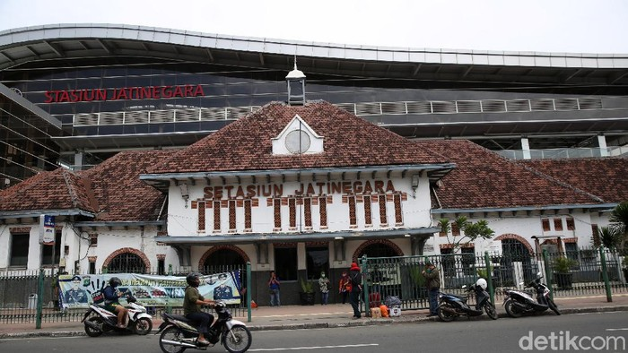 Revitalisasi Stasiun Jatinegara telah selesai dilakukan. Kini Stasiun Jatinegara terlihat modern.