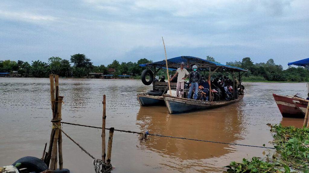 Cuaca Buruk Tak Hambat Warga Gowa Seberangi Sungai ke Makassar