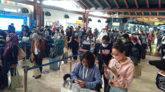Antrean penumpang di Bandara Soekarno-Hatta (Foto: Adhyasta Dirgantara/detikcom)