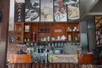 Kedai kopi Tiam Rusen spesial karena merupakan kedai kopi tertua di Singkawang. Kedai kopi itu didirikan tahun 1955, yang artinya usianya telah mencapai 65 tahun.