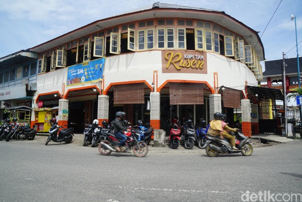 Kedai kopi ini persis berada di samping Kelenteng Tri Darma Bumi Raya.