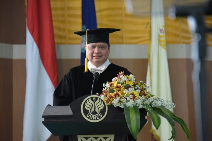 Menteri Koordinator Bidang Perekonomian RI, Airlangga Hartanto mendapatkan gelar Doktor Honoris Causa dari Universitas Negeri Semarang (Unnes)
