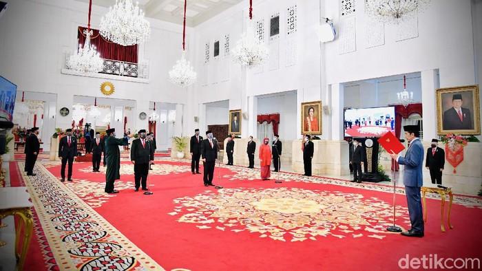 Presiden Jokowi melantik 6 menteri dan 5 wakil menteri baru pagi tadi. Mereka dilantik berbarengan di Istana Negara, Jakarta Pusat.