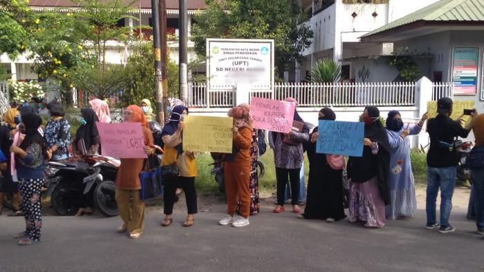 Orang tua siswa demo di depan SD di Medan (Datuk Haris-detikcom)