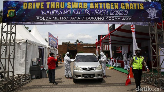 Polda Metro Jaya mengadakan rapid test antigen dalam Operasi Lilin Jaya 2020. Rapid test antigen itu berlangsung di rest area KM 19 Tol Jakarta-Cikampek.